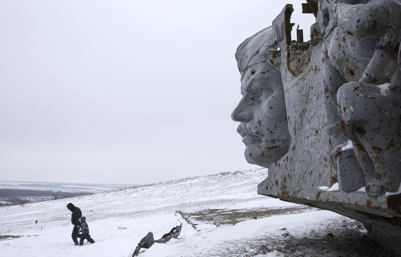 Возле разрушенного мемориального комплекса «Саур-Могила», одна из самых высоких точек Донецкой области, 7 декабря 2014