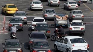 La circulation dense de Téhéran a fait exploser le nombre de coursiers ce qui a changé le mode de vie des habitants qui préfèrent commander une pizza plutôt que de se faire à manger.