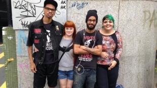 Anderson, Andressa, Rafael e Vitória passeavam pela avenida Paulista.