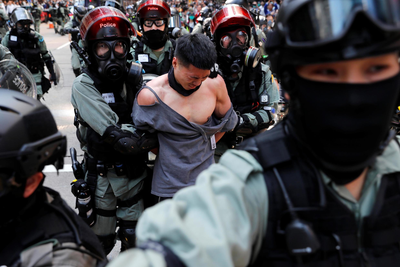 A polícia de choque detém um manifestante no distrito Central de Hong Kong, nesta segunda-feira 11 de novembro de 2019.