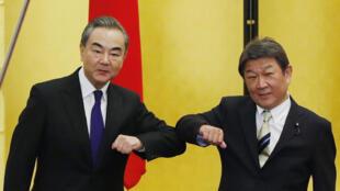 """這張照片攝於2020年11月24日,中國外長王毅在東京與日本外相茂木敏充會晤場面。4月5日,王毅與茂木敏充通話時,警告日本""""不要被一些對中國持有偏見的國家'帶節奏'""""。"""
