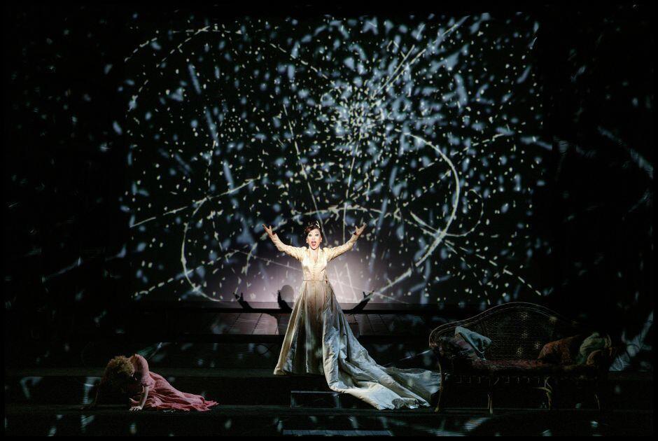« Die Zauberflöte » (La Flûte enchantée), mise en scène, décors et costumes de William Kentridge, théâtre royal de la Monnaie, Bruxelles, 2005, avec Sumi Jo (la Reine de la Nuit). Courtesy du photographe et de La Monnaie, Bruxelles.