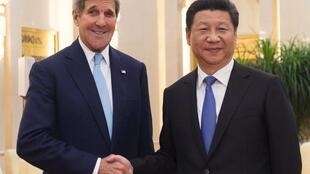 Chủ tịch Trung Quốc Tập Cận Bình (P) và Ngoại trưởng Mỹ John Kerry, tại Đại lễ đường Nhân dân, Bắc Kinh, ngày 17/05/2015