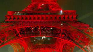 埃菲尔铁塔每年都吸引着数以百万计的游客,每逢重要节日,埃菲尔铁塔的灯光更是绚丽多彩。