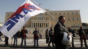 Manifestante caminha diante do parlamento grego.