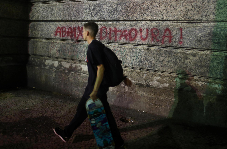 Un graffiti dans les rues de Rio de Janeiro dit «à bas la dictature», lors d'une manifestation contre le président élu Jair Bolsonaro, le 30 octobre 2018. (Photo d'illustration)