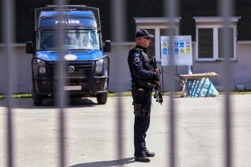 Cảnh sát Kosova canh gác trước một trại tạm giam ở làng Vranidoll, ngày 20/04/2019.