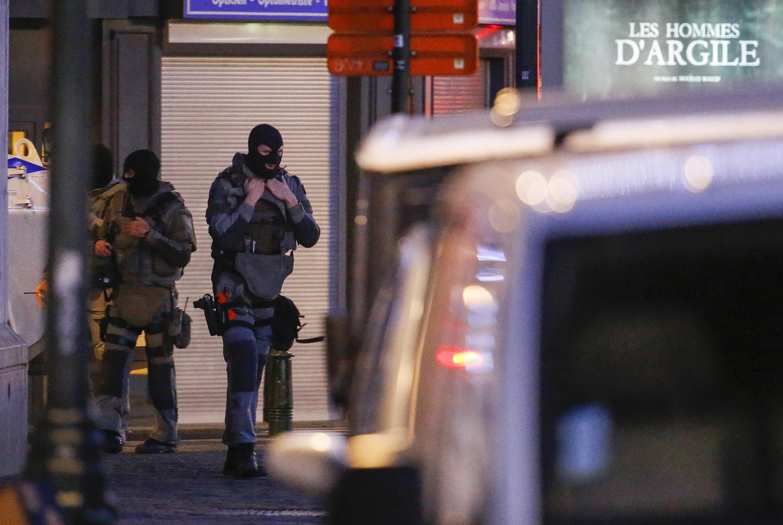 Lực lượng đặc nhiệm Bỉ khám xét một căn nhà ở trung tâm Bruxelles ngày 20/12/2015.