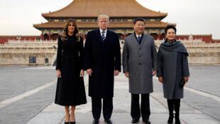 O presidente dos Estados Unidos, Donald Trump, a primeira-dama, Melania, e seus homólogos chineses, Xi Jinping e Peng Liyuan, durante visita à Cidade Proibida em Pequim, em 8 de novembro de 2017.
