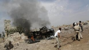 Des membres de la défense civile interviennent sur les lieux d'un bombardement russe, ce jeudi 1er octobre, dans la province d'Idleb.