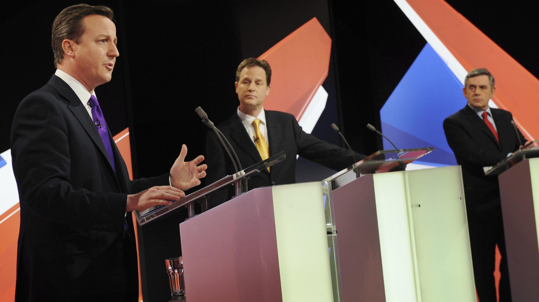 Le leader libéral-démocrate Nick Clegg (g), le chef des conservateurs David Cameron (c) et le  Premier ministre britannique Gordon Brown lors du deuxième débat électoral télévisé, le 22 avril 2010.