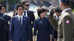 Waziri mkuu wa Japan Shinzo Abe (kushoto) na mkewe Akie Abe Juni 16, 2013.