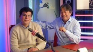 El artista mexicano Esteban Neveu Ponce con Jordi Batallé en RFI