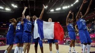 法国女篮在队长赛琳娜 杜马克(Céline Dumerc)的带领下六战六胜,在星期四晚上的半决赛中第二次战胜了传统强势队俄罗斯。