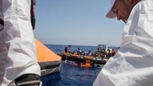 Des migrants sont secourus après le naufrage de leur embarcation au large de la Libye, le 5 août 2015.
