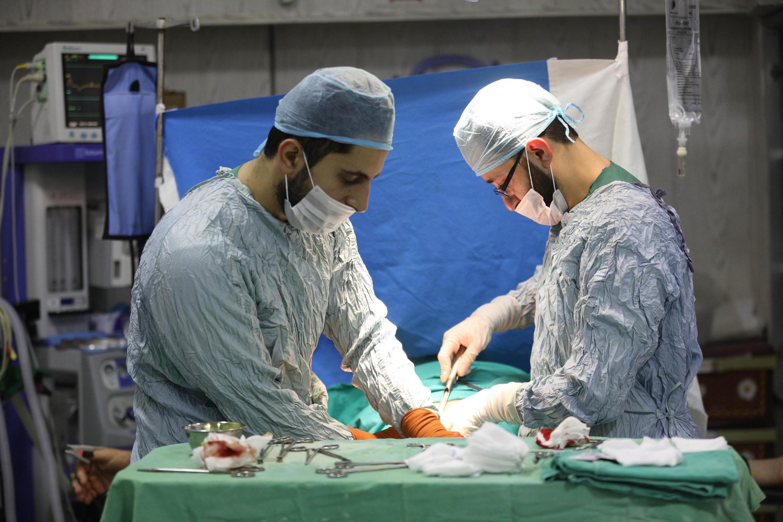 Médicos sirios realizando una cirugía en Idleb, el 4 de septiembre del 2018.