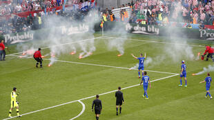 Cổ động viên ném pháo sáng xuống sân khi trận đấu giữa Croatia và Cộng hòa Séc chưa kết thúc, ngày 17/06/2016 tại Saint - Etienne.