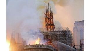 آتش سوزی در کلیسای نتردام پاریس سقف تاریخی آن را سوزاند