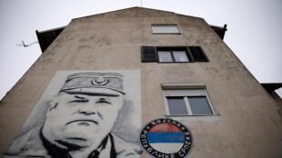 L'ancien général Ratko Mladic, jugé par le Tribunal pénal pour l'ex-Yougoslavie, a encore des partisans: fresque murale à Gacko, en Bosnie-Herzégovine, le 8 novembre 2017.
