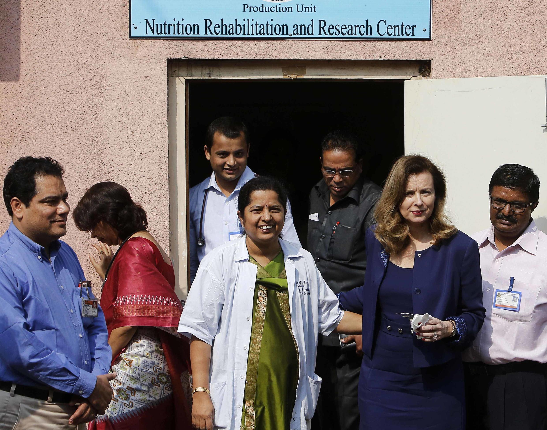 Valérie Trierweiler (2e à droite) l'ex-compagne de François Hollande, à sa sortie d'un centre de nutrition situé dans un bidonville de Bombay.