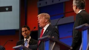 Donald Trump cercado por Scott Walker e Jeb Bush (à direita).
