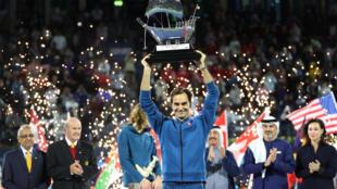 Le Suisse Roger Federer a soulevé son centième trophée à Dubaï, le 2 mars 2019.