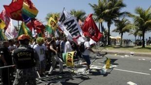 Manifestantes protestan en Río de Janeiro contra la licitación del campo de Libra, este 21 de octubre de 2013.