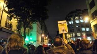 Pour beaucoup de manifestants place de la République, «Charlie Hebdo» est un symbole de liberté.