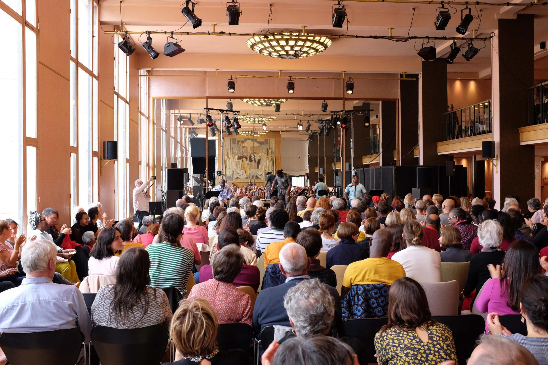« Habiter le monde poétiquement », spectacle de Felwine Sarr, Etienne Minoungou et Simon Winsé aux Francophonies, à Limoges.