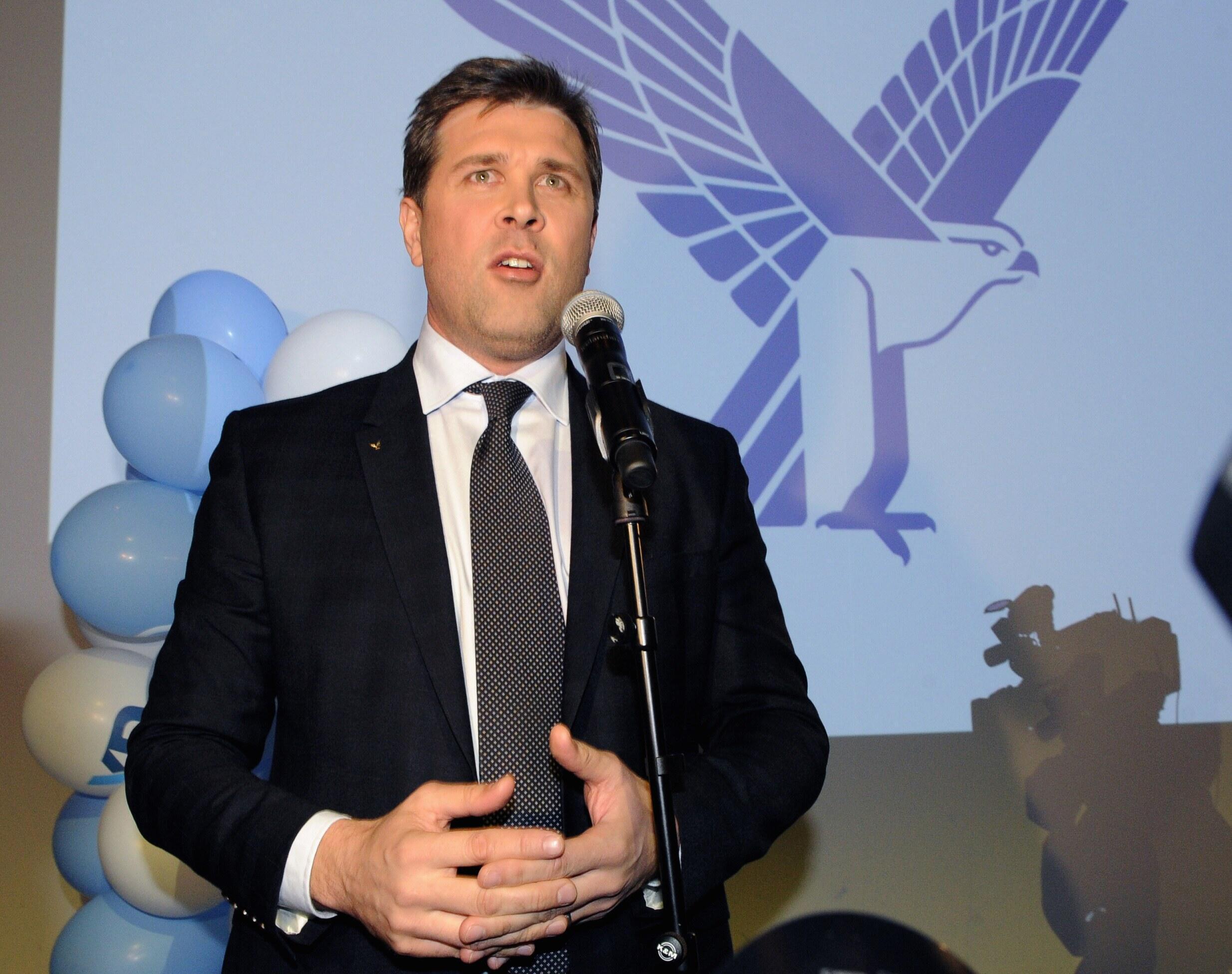 El líder del Partido de la Independencia  Bjarni Benediktsson celebra los resultados de las legislativas de este fin de semana.