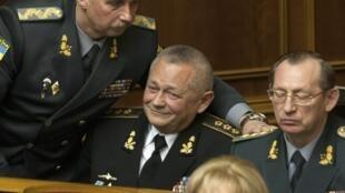 O Parlamento da Ucrânia aceitou a demissão do ministro interino da Defesa, Igor Teniuk (centro),nesta terça-feira (25).