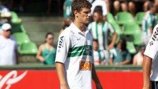 O lateral esquerdo do Coritiba Lucas Mendes vendido ao Olympique de Marselha.