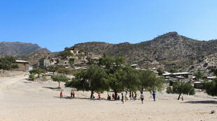 Une ouverture encore floue. Dans le village d'Alitena, les habitants veulent savoir où sont passés les disparus de la guerre de 1998-2000.