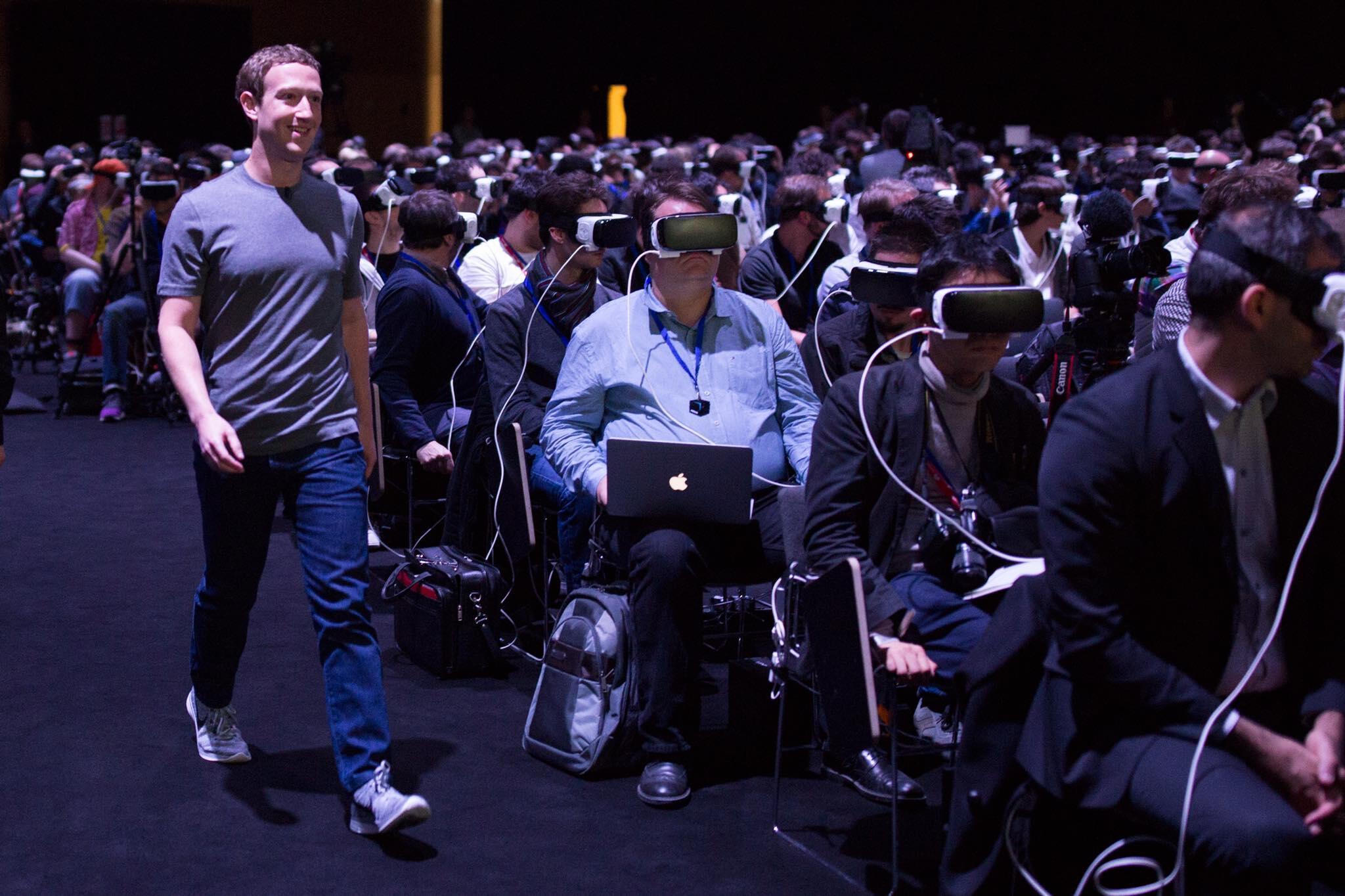 Mark Zuckerberg faz entrada surpresa no Mobile World Congress