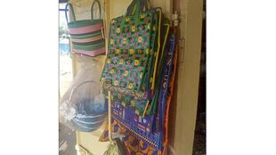 Le très populaire cabas « Barbès », le sac en nylon connaît une nouvelle vie sous le « Sissikpètè »..
