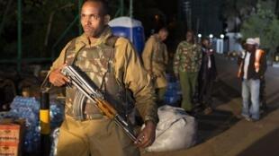 Кенийский спецназовец у ТЦ в Найроби в ночь с 23 на 24 сентября 2013