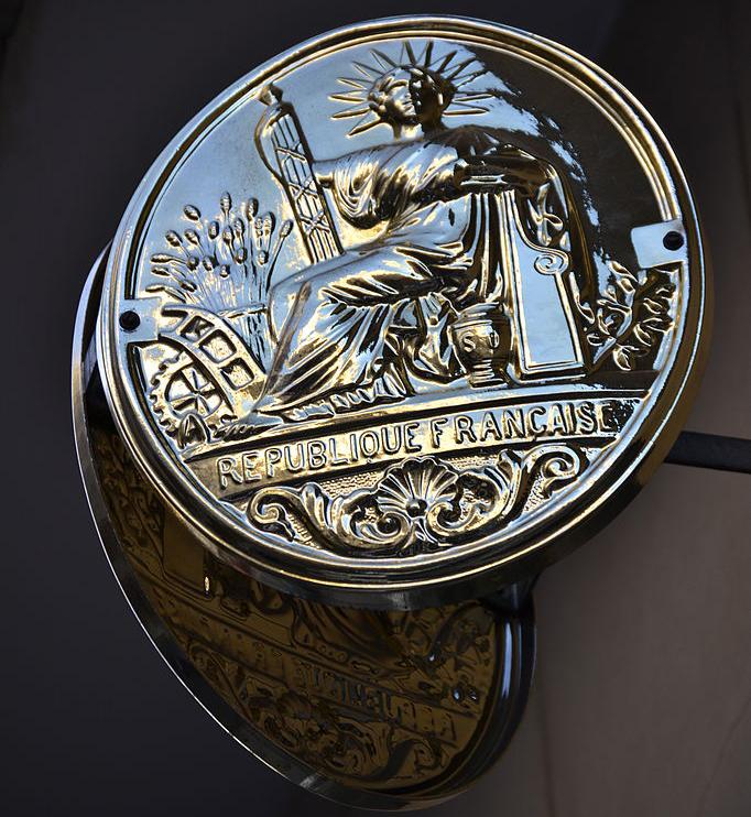 Un panonceau de notaire en France.