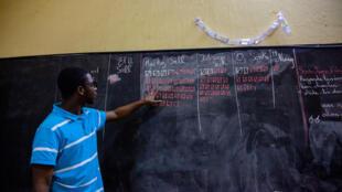 Opération de dépouillement dans un bureau de vote de Dakar, le dimanche 24 février 2019.