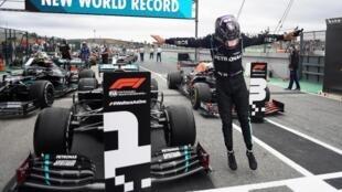 Le Britannique Lewis Hamilton, le 25 octobre 2020 à Portimao (Portugal), après sa 92e victoire en Grand Prix.