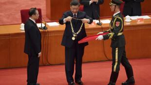中国2020年9月8日开新冠肺炎疫情表彰大会,习近平向钟南山颁授奖章