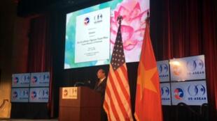 Thủ tướng Việt Nam Nguyễn Xuân Phúc phát biểu tại Phòng Thương Mại Mỹ, Washington, ngày 30/05/2017 (Ảnh chụp từ facebook Phòng Thương Mại Mỹ)