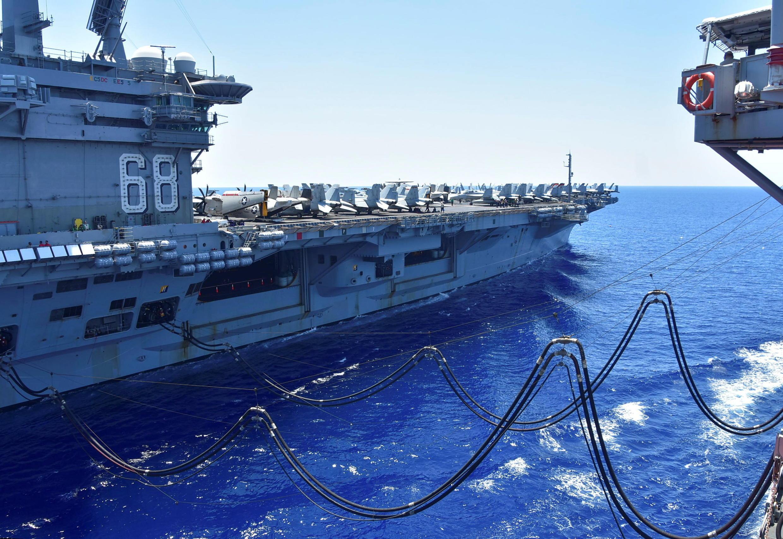 Hàng không mẫu hạm Mỹ USS Nimitz được tiếp liệu trên Biển Đông ngày 07/07/2020.
