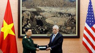 越南國防部長吳春歷與馬蒂斯合影資料圖片