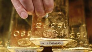 Золотые слитки проверяются ультразвуком в Бундесбанке Франкфурта (Германия) 16/01/2013