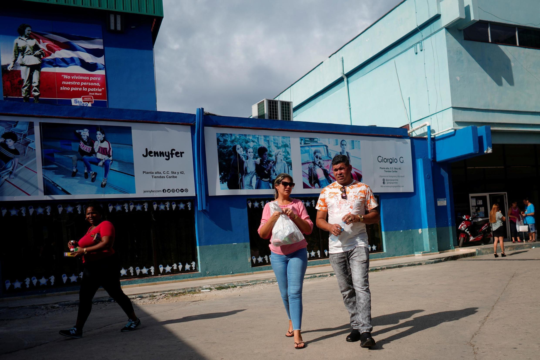 Des Cubains à la sortie d'un magasin de La Havane, le 2 décembre 2019.