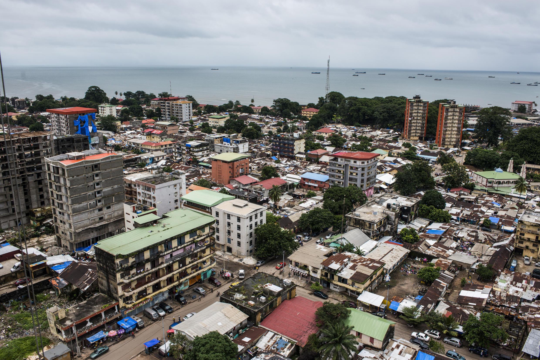 Vue de Conakry, en Guinée. Avec la crise mondiale liée au coronavirus les acteurs économiques espèrent tourner le plus rapidement possible la page des élections.