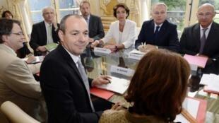 Jean-Marc Ayrault entouré de ministres et de partenaires sociaux à Matignon ce 26 août pour parler de la question des retraites.