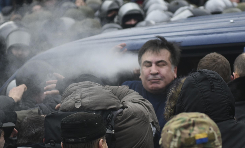 Лидер партии «Рух новых сил» Михаил Саакашвили во время неудавшегося задержания СБУ. 6 декабря 2017