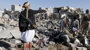 """Daños producidos cerca del aeropuerto de Sana por un ataque aéreo el 26 de marzo de 2015,  en el cuadro de la operación """"Tempestad de firmeza""""."""