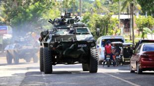 Refuerzos militares camino a Marawi donde miembros del EI atacaron y mataron a varias personas.